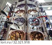 Купить «Витрина с современными моделями солнцезащитных очков», фото № 32321918, снято 5 июня 2019 г. (c) Вячеслав Палес / Фотобанк Лори