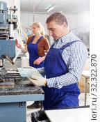 Купить «Craftsman working on glass drilling machine», фото № 32322870, снято 10 сентября 2018 г. (c) Яков Филимонов / Фотобанк Лори