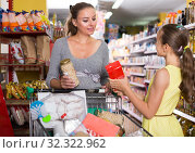 Купить «woman and girl discussing the purchase of food», фото № 32322962, снято 5 июня 2017 г. (c) Яков Филимонов / Фотобанк Лори