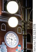 Йошкар-Ола, Российская Федерация - 05/06/2008: Фонари уличного освещения и часы на башне здания Художественной галереи, на площади Оболенского-Ноготкова по проспекту Ленина. Редакционное фото, фотограф Евгений Горбунов / Фотобанк Лори