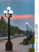 Йошкар-Ола, Российская Федерация - 05/06/2008: Фонари уличного освещения на бульваре Победы. Редакционное фото, фотограф Евгений Горбунов / Фотобанк Лори