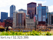 Купить «US national flag and downtown buildings, Pittsburg», фото № 32323386, снято 26 апреля 2018 г. (c) Сергей Новиков / Фотобанк Лори