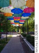 Купить «Разноцветные яркие зонтики висят над улицей Маяковского в Жуковском», фото № 32326606, снято 9 сентября 2019 г. (c) Natalya Sidorova / Фотобанк Лори