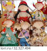 Купить «Тряпичные куклы ручной работы в сувенирной лавке», фото № 32327494, снято 2 марта 2019 г. (c) Елена Коромыслова / Фотобанк Лори