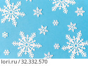 Купить «white snowflake decorations on blue background», фото № 32332570, снято 26 сентября 2018 г. (c) Syda Productions / Фотобанк Лори