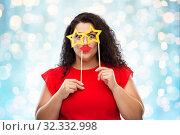 Купить «funny woman with star shaped glasses and red lips», фото № 32332998, снято 15 сентября 2019 г. (c) Syda Productions / Фотобанк Лори