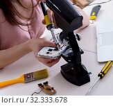 Mobile phone repair in workshop. Стоковое фото, фотограф Elnur / Фотобанк Лори
