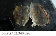 Купить «Fillet of river trout fried in pan», видеоролик № 32340326, снято 26 мая 2019 г. (c) Яков Филимонов / Фотобанк Лори
