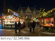 Рождественский базар на Рыночной площади Бремена в сумерках, Германия (2018 год). Редакционное фото, фотограф Михаил Марковский / Фотобанк Лори