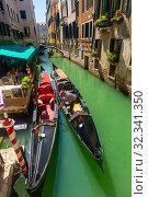 Gondolier mooring gondola in Venetian canal (2019 год). Стоковое фото, фотограф Яков Филимонов / Фотобанк Лори