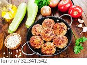 Купить «Котлеты с мясом, овсяными хлопьями и цукини», фото № 32341542, снято 28 октября 2019 г. (c) Надежда Мишкова / Фотобанк Лори