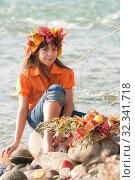Купить «Осенний портрет девочки на берегу реки», фото № 32341718, снято 26 октября 2019 г. (c) WalDeMarus / Фотобанк Лори