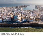 Aerial view of old town Cadiz with port and buildings at seashore (2019 год). Стоковое фото, фотограф Яков Филимонов / Фотобанк Лори