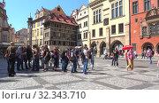 Купить «Туристы на улице старой Праги солнечным весенним днем. Чехия», видеоролик № 32343710, снято 21 апреля 2018 г. (c) Виктор Карасев / Фотобанк Лори