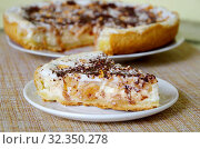 Кусок песочного яблочного пирога с творогом и шоколадом на блюдце крупным планом. Стоковое фото, фотограф Елена Коромыслова / Фотобанк Лори