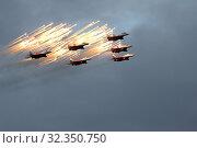 """Полет пилотажной группы """"Стрижи"""" над Мурманском (2019 год). Редакционное фото, фотограф Ямаш Андрей / Фотобанк Лори"""