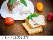 Купить «sandwich with home baked meat in a plate on a wooden», фото № 32352278, снято 25 июля 2019 г. (c) Peredniankina / Фотобанк Лори