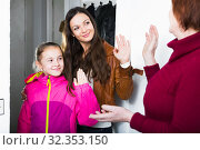 Mother with daughter saying goodbye to grandmother. Стоковое фото, фотограф Яков Филимонов / Фотобанк Лори