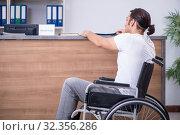 Young man at hospital reception desk. Стоковое фото, фотограф Elnur / Фотобанк Лори