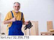 Old male carpenter working in workshop. Стоковое фото, фотограф Elnur / Фотобанк Лори