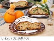 Штоллен - традиционная рождественская выпечка на столе. Стоковое фото, фотограф Dmitry29 / Фотобанк Лори
