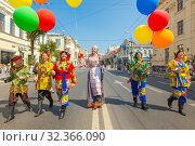 Russia, Samara, July 2019: Game program of a group of clowns and buffoons on the street during a gastronomic festival. Редакционное фото, фотограф Акиньшин Владимир / Фотобанк Лори
