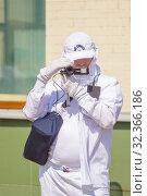 Купить «Russia, Samara, July 2019: Videographer in white clothes with a video camera at work on the street.», фото № 32366186, снято 27 июля 2019 г. (c) Акиньшин Владимир / Фотобанк Лори