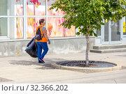 Купить «Russia, Samara, July 2019: Public service workers clean up the street on a sunny summer day», фото № 32366202, снято 27 июля 2019 г. (c) Акиньшин Владимир / Фотобанк Лори