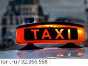 Знак такси на крыше автомобиля в центрег города Москвы, Россия. Стоковое фото, фотограф Николай Винокуров / Фотобанк Лори