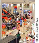 Купить «R. H. Macy and Company Store. Woman's happiness - Cosmetics and  Fragrances department on ground floor. New York City, USA», фото № 32369122, снято 12 мая 2019 г. (c) Валерия Попова / Фотобанк Лори