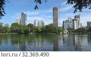 Купить «Солнечный день в городском парке Лумпини. Бангкок, Таиланд», видеоролик № 32369490, снято 1 января 2019 г. (c) Виктор Карасев / Фотобанк Лори
