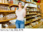 Купить «Female is holding paper cups that she want to buy», фото № 32382878, снято 19 апреля 2017 г. (c) Яков Филимонов / Фотобанк Лори
