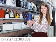 Купить «saleswoman suggesting modern steam cleaner», фото № 32383038, снято 12 декабря 2017 г. (c) Яков Филимонов / Фотобанк Лори