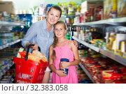 Купить «Adult mom with girl choosing rice», фото № 32383058, снято 5 августа 2017 г. (c) Яков Филимонов / Фотобанк Лори