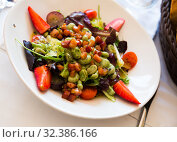 Купить «Salad with candied beans, strawberry and bacon marinated», фото № 32386166, снято 15 ноября 2019 г. (c) Яков Филимонов / Фотобанк Лори