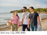 Купить «happy friends walking along summer beach», фото № 32390990, снято 31 августа 2019 г. (c) Syda Productions / Фотобанк Лори