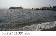 Купить «Life boats of luxury cruise liner Norwegian Jewel transportation travelers and tourists from ship and forth in Petropavlovsk-Kamchatsky Sea Port», видеоролик № 32391286, снято 14 мая 2018 г. (c) А. А. Пирагис / Фотобанк Лори