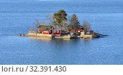 Купить «Small island with red houses in Stockholm archipelago in spring. Stockholm, Sweden», фото № 32391430, снято 25 сентября 2018 г. (c) Валерия Попова / Фотобанк Лори