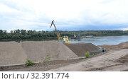 Дамба, строительство, река, набережная, берег, подъемный кран. Стоковое видео, видеограф Mikhail Erguine / Фотобанк Лори