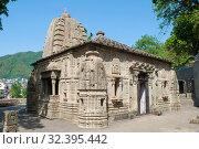Старинный индуистский храм крупным планом солнечным днем. Манди, Индия (2011 год). Стоковое фото, фотограф Виктор Карасев / Фотобанк Лори