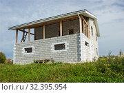 Загородный дом из бетонных блоков. Строительство. Стоковое фото, фотограф Александр Романов / Фотобанк Лори