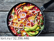 Купить «chilaquiles with ham, cheese, avocado in a skillet», фото № 32396446, снято 13 сентября 2019 г. (c) Oksana Zh / Фотобанк Лори