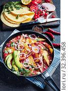 Купить «chilaquiles in a skillet on a table», фото № 32396458, снято 13 сентября 2019 г. (c) Oksana Zh / Фотобанк Лори