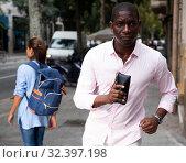 Guy with stolen wallet running away. Стоковое фото, фотограф Яков Филимонов / Фотобанк Лори