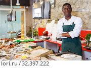 Купить «Salesman portrait in fish shop», фото № 32397222, снято 17 октября 2018 г. (c) Яков Филимонов / Фотобанк Лори