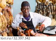 Купить «Seller cutting jamon», фото № 32397342, снято 9 января 2019 г. (c) Яков Филимонов / Фотобанк Лори