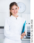 Купить «Female doctor in lab coat with clipboard», фото № 32398958, снято 31 июля 2017 г. (c) Яков Филимонов / Фотобанк Лори