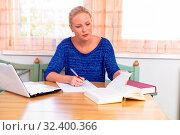 Eine junge Studentin beim lernen für ihr Studium in ihrer Wohnung. Стоковое фото, фотограф Zoonar.com/Erwin Wodicka / age Fotostock / Фотобанк Лори