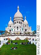 Купить «Die Kirche Sacre Coeur am Montmartre in Paris. Eines der Wahrzeichen der Stadt», фото № 32401622, снято 18 ноября 2019 г. (c) age Fotostock / Фотобанк Лори