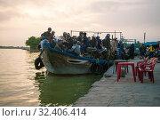 Купить «Старый речной паром с пассажирами перед отправлением на реке Тху Бон. Хой Ан, Вьетнам», фото № 32406414, снято 2 января 2016 г. (c) Виктор Карасев / Фотобанк Лори